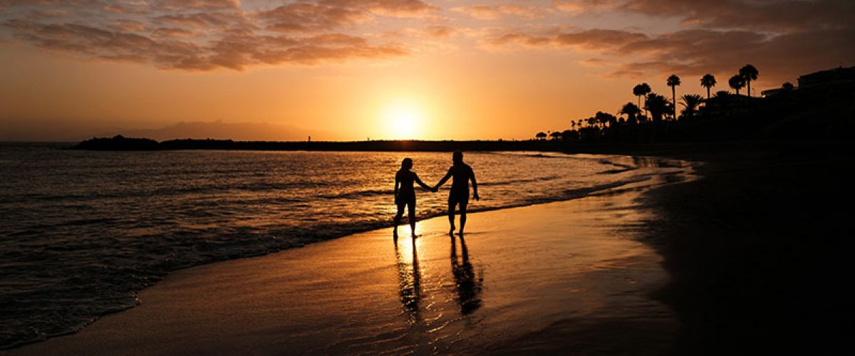romantic-couple-on-the-beach-in-a-colorful-sunset_resize